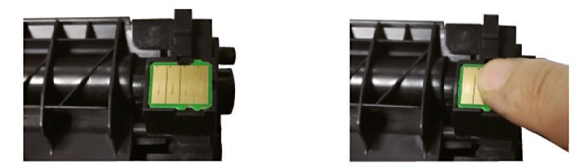 Poner con cuidado de no invertir el chip al nuevo toner compatible tn2420 o tn2410